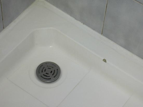 De badkamer loopt over de lengte van de kamer en is meter
