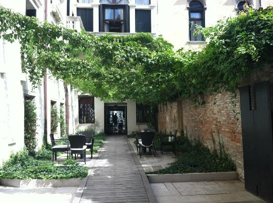 Hotel Palazzo Giovanelli: Courtyard Entrance from Alley