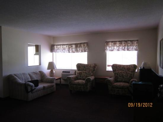 Econo Lodge: living room