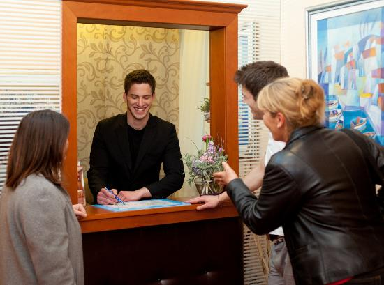 Royal Suites : Reception-friendly staff