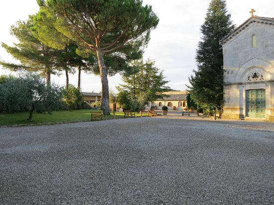 Hotel Borgo San Felice: Chapel and Courtyard