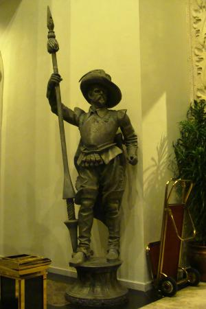 The Grand Palace Hotel Yogyakarta: Statues at the entrance