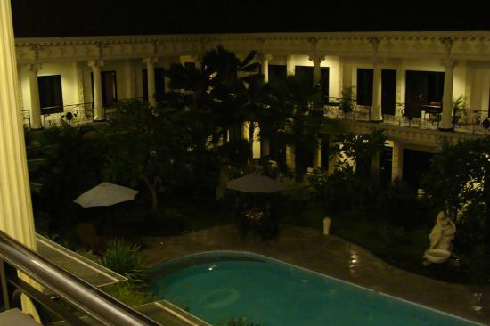 The Grand Palace Hotel Yogyakarta: Pool area