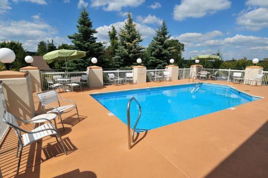 Fairfield Inn & Suites Beckley: Outdoor pool open during June - August