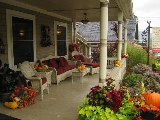 Oak Street Hotel: Lovely Fall morning on the porch