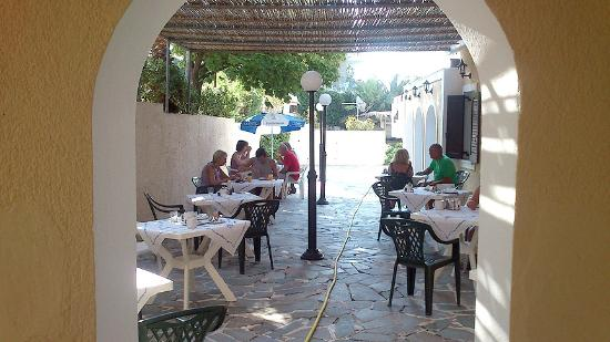 Maria Anna Hotel: Breakfast is served in the external dining area