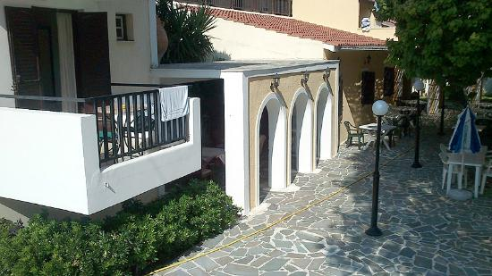 Maria Anna Hotel: The covered breakfast area at the rear of the hotel