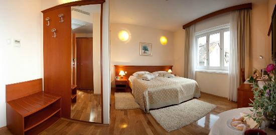 Royal Suites : Big sunny windows