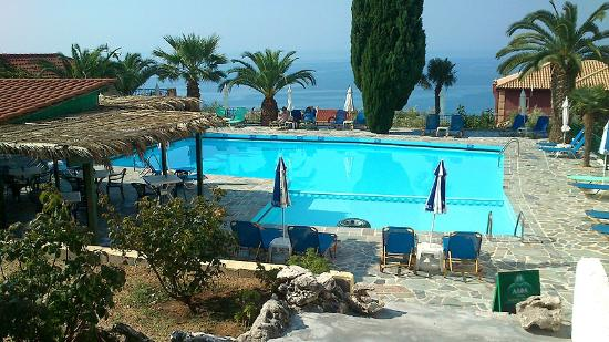 Maria Anna Hotel: The excellent pool and friendly bar which served excellent meals