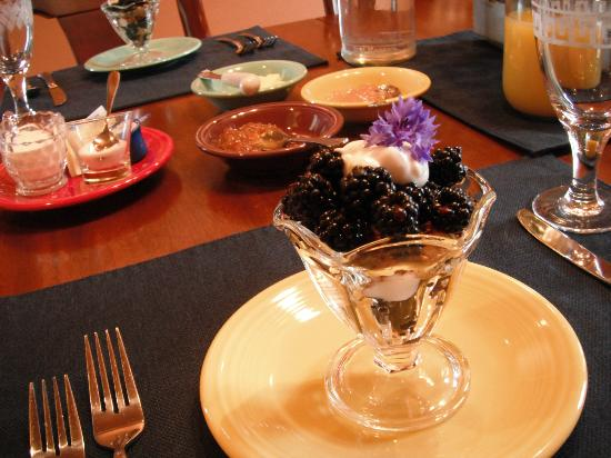 Chehalem Ridge Bed and Breakfast: Blackberry Parfait with local blackberries and homemade hazelnut granola open this breakfast.