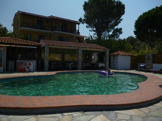 Skiathos Island Suites: Pool & Bar/Breakfast area