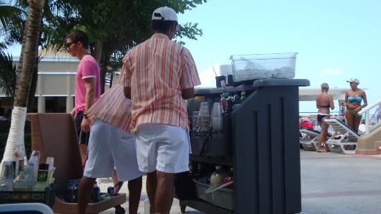 Hotel Riu Caribe: te ofrecen tragos en la pileta