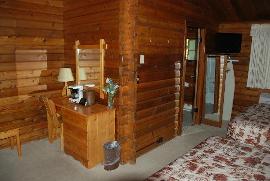 Buckrail Lodge: Desk and entrance to bathroom