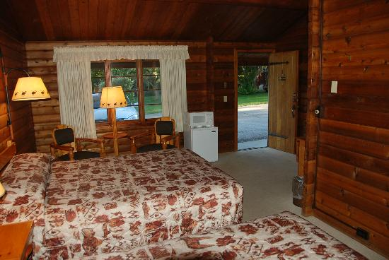 Buckrail Lodge: Bed, chairs, refrigerator, microwave and entrance to room