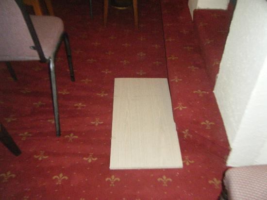 Stretton Hotel: hole in floor