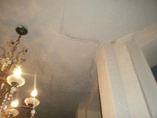 Stretton Hotel: ceiling