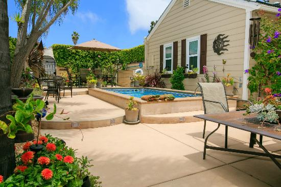Beach Hut Bed and Breakfast: Enjoy the Professionally Landscaped Pool/Patio