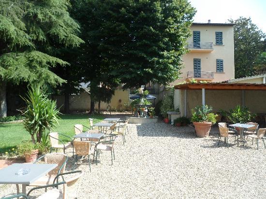 Hotel Royal: Garden terrace
