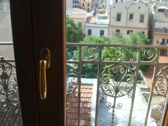 Hotel Columbia Palermo: Vue de notre fenêtre de chambre