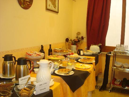 Hotel Columbia Palermo: Petit déjeuner buffet bien présenté