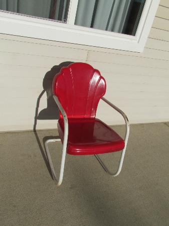Belmont Motel: Retro chair outside each room...nice touch