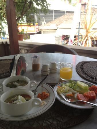 レストゥ バリ ホテル, 朝食は2階のレストランで。現地のひとの暮らしを感じられる眺め。