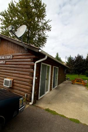 Glacier Bed & Breakfast & Log Cabins: Outside of cabin