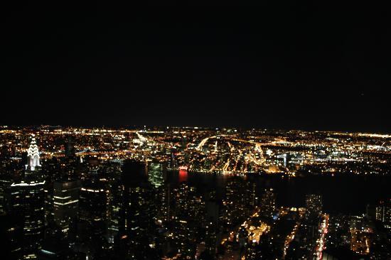Skyline di nyc di notte dall 39 empire state building foto for Foto new york notte