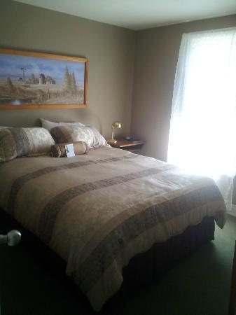 Alumni House Vermilion: Room A Queen bed