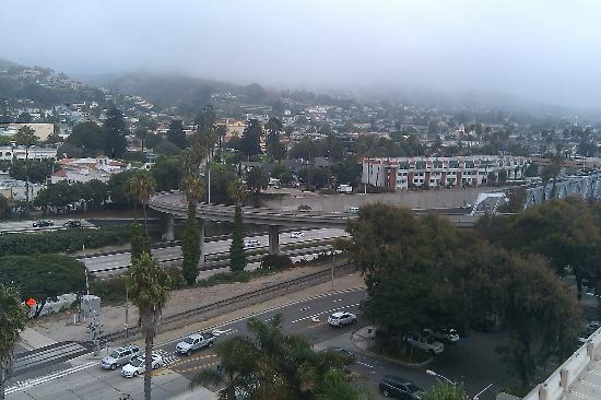 Crowne Plaza Ventura Beach: City of Ventura (fog rolling over the hills) from our room Sunday morning