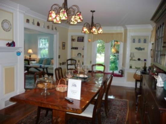 The 1750 Inn at Sandwich Center: The beautiful dining room