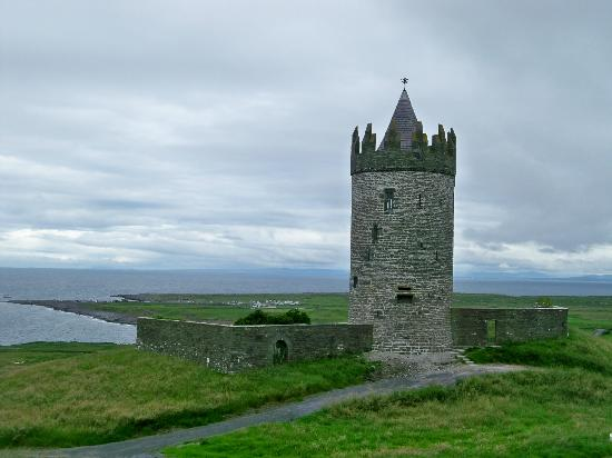 Trildoon House Bed & Breakfast: Just down the road - Doonagore Castle - Great view