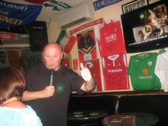The Auld Triangle Bar & Restaurant: Dave entertaining the makems