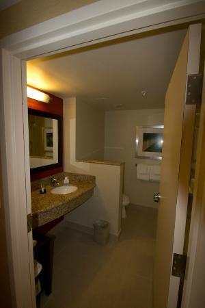 Courtyard Calgary Airport: Bathroom