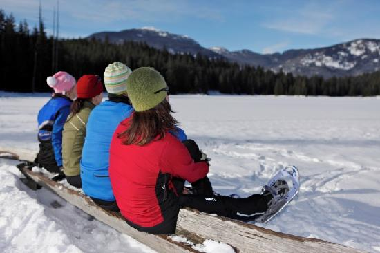 Whistler, Kanada: A group takes a break from snowshoeing to enjoy the views at Lost Lake Park. Photo credit: Toshi
