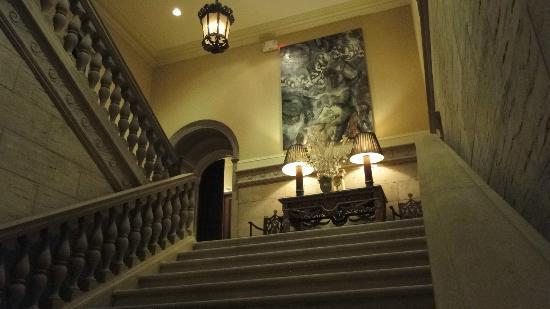 Glenmere Mansion: Escaleras a habitaciones