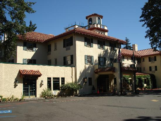 Columbia Gorge Hotel Entrance