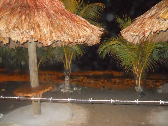 Aqua Beach Bar & Restaurant: beach tables at Aqua Beach