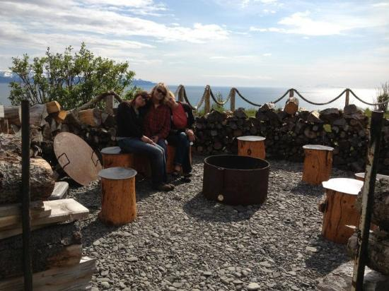 Kenai Peninsula Suites: Friends around the firepit