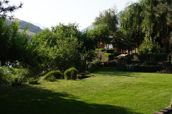 Victor and Dawna's Hells Canyon Resort: Wedding Ceremony Garden Area