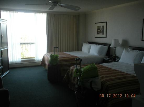 Harbour Towers Hotel & Suites: Inner Harbour room 903