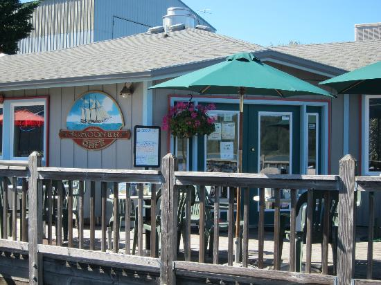 Schooner Inn Cafe: Lovely deck overlooking the river