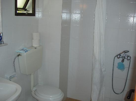 Golden Beach Hotel: Our Bathroom - Lovely!