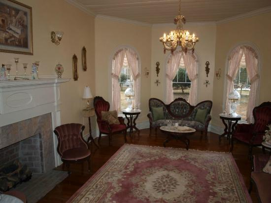 Isabella's Bed and Breakfast: Parlor