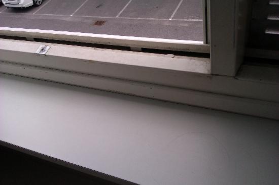Hotel Ibis Stockholm Spanga : ventana sucia