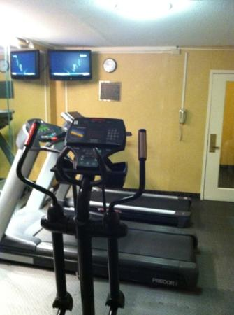 Holiday Inn Akron-Fairlawn: cramped fitness room