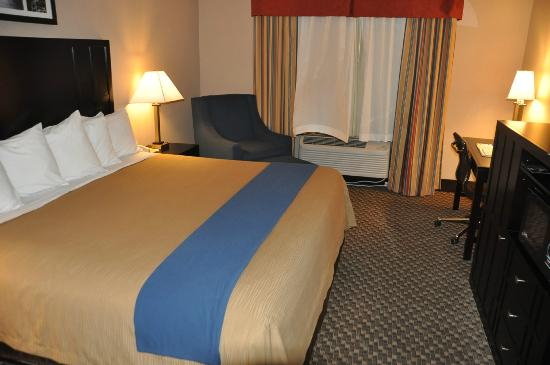 Comfort Inn Columbia Gorge Gateway: Bed and seating area