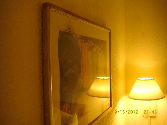 Days Inn Hilton Head : Burnt decor in room