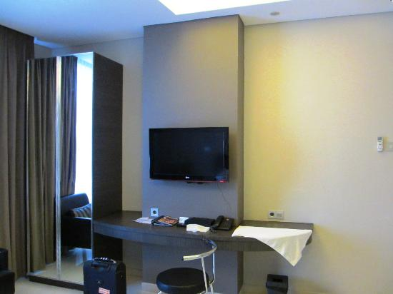 Sun Boutique Hotel Managed by BENCOOLEN: Working desk with LCD TV