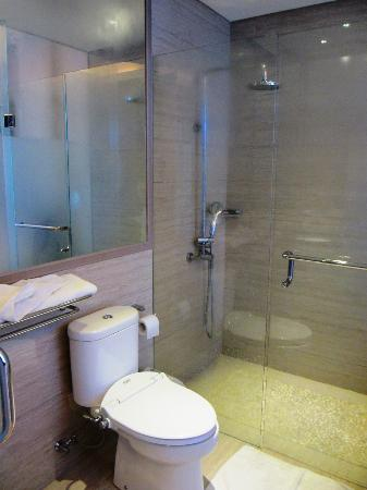 Sun Boutique Hotel Managed by BENCOOLEN: Bathroom with shower